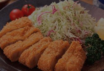 がっつりお肉が食べたい!なんてときはやっぱりとんかつ。とんかつだけでなく丼ものも豊富なかつやや、とんかつ専門の浜勝、かさねやなど、LINEデリマなら出前注文できるメニューも豊富♪カロリーや栄養バランスが気になる・・・という方はサイドメニューのサラダも一品追加すると一気に満足度もアップ!