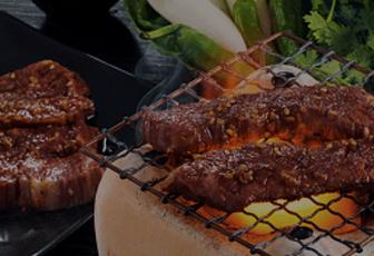 おうちで気軽に焼肉を食べたい!なんてときにはズバリ、LINEデリマの出前に頼っちゃおう♪贅沢にステーキも食べちゃいたいときには焼肉・ステーキ ラジャ、厳選された肉の旨味を堪能したいときには焼肉あっぱれ、牛たんなら牛たん専門店 せんりなど、ラインナップも豊富!
