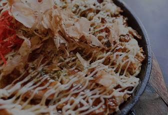 お好み焼きが食べたくなったら、LINEデリマで出前しちゃおう!お好み焼きで人気のどんどん亭では、おにぎりや若鶏唐揚、焼きそばやフライドポテトが付いてくる、得々セットやスペシャルセットがおすすめ!お好み焼き以外にもとんとろチャーハンや鶏皮ぱりぱり揚げなど、充実したサイドメニューをご用意♪