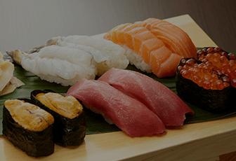 おうちで贅沢するならすしが食べたい!にぎりも海鮮丼も巻寿司も。新鮮な海の幸をお届け!銀のさら、すしざんまい、平禄寿司などの人気メニューもLINEデリマで注文できる。たまの贅沢にも、突然の来客にも、出前寿司ならあっという間に豪華な食卓が完成♪