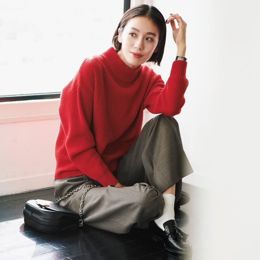 ad3f79b9ca 鉄板の華やぎカラーである赤に、モックネックとワッフル織りの身頃で旬味をプラス。ゆとりのある身幅やドロップショルダーによる自然なドレープがおしゃれ。
