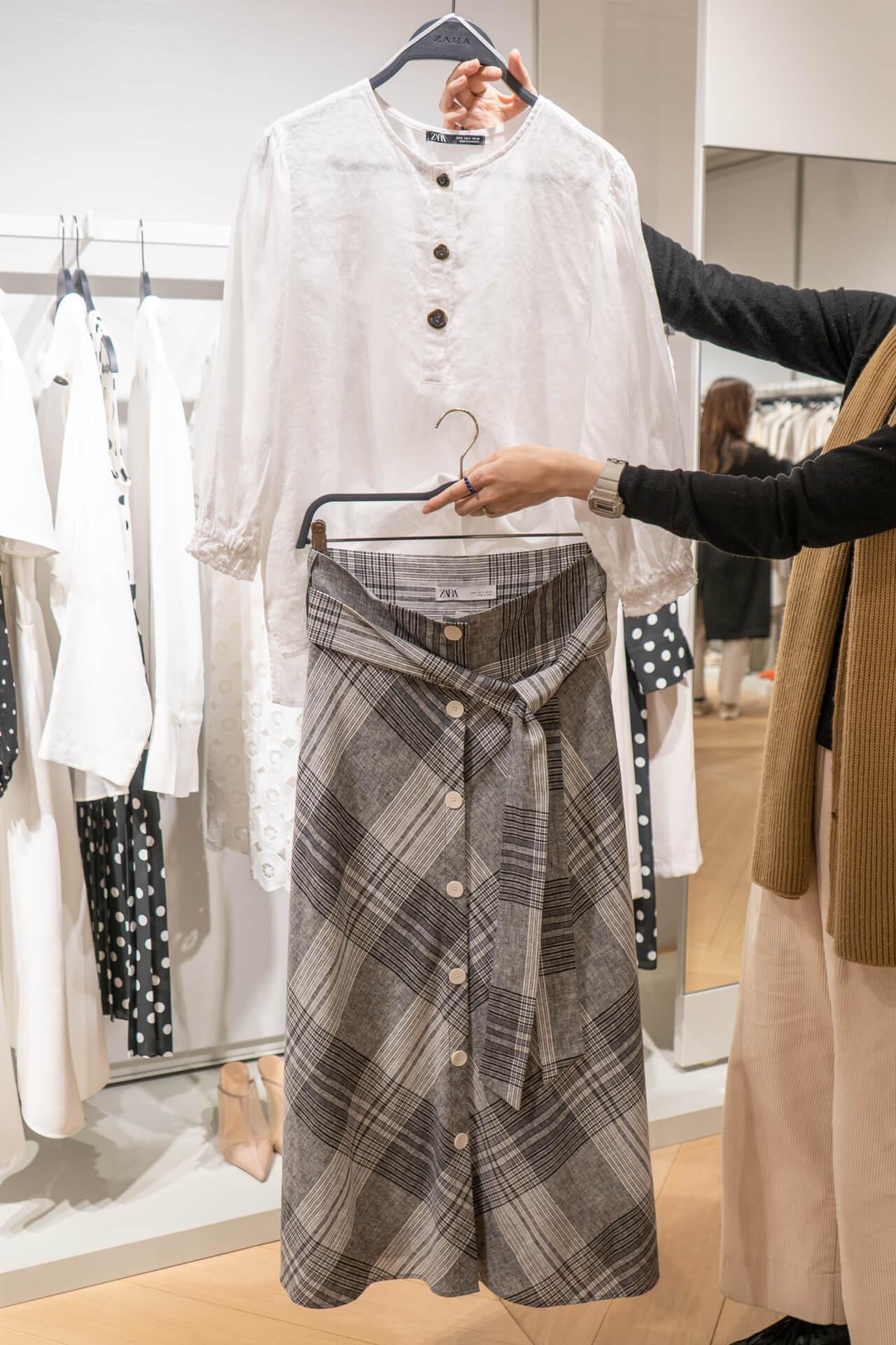 29df9d987dae5 「グレーのチェック柄なら、シーンを選ばず履きこなせるはず。トップスは白のゆったりとしたシャツを合わせて、優しい表情にまとめてみても」(トップス¥4990・  ...