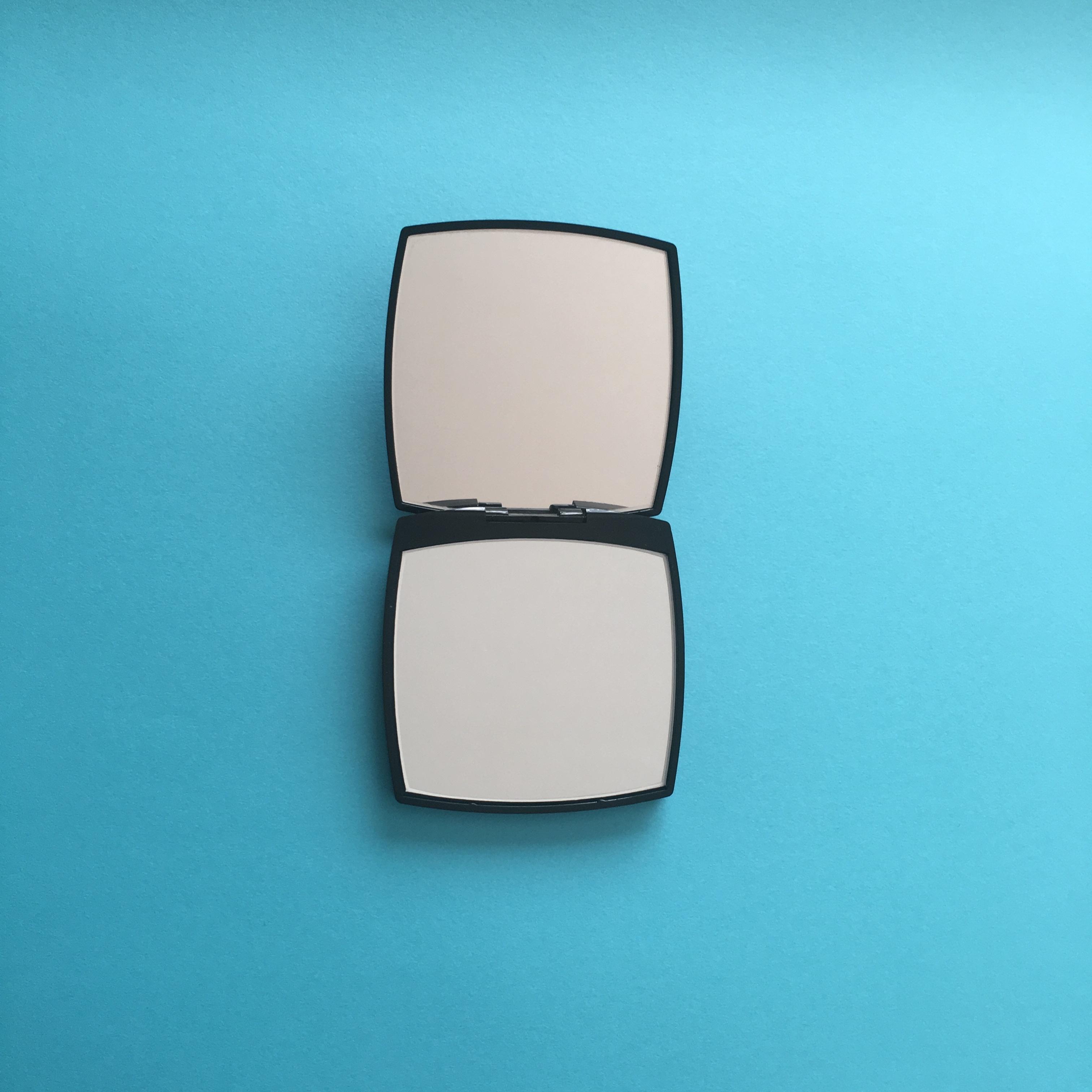 a8e752f15da5 【シャネル ミロワール ドゥーブル ファセット ¥4700】シャネルのコンパクトそのもののルックスが可愛いミラー。安定の黒いヴェルヴェットの袋付きで、鏡がうっかり  ...
