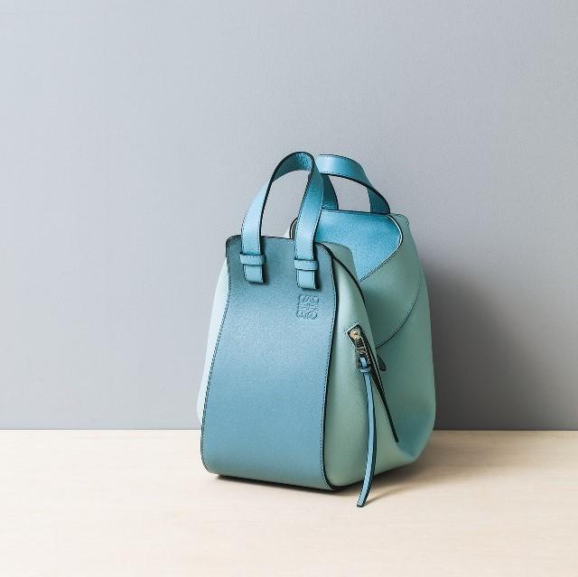374b742d1614 ロエベの「ハンモック スモール バッグ」はトートにもバケットにもショルダーにもなる人気モデル。「変幻自在なハンモックバッグ。春らしい新色ブルーのグラデーション  ...
