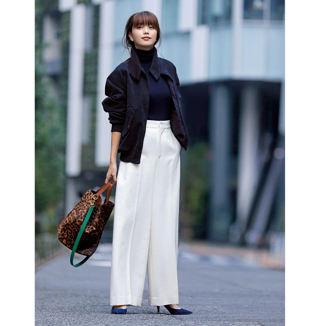 0dc7eaaf9483a 白いパンツって、ある意味女性だからこそ似合う、とびきりフェミニンなアイテム。濃いネイビーのブルゾンとニットで白パンツのさわやかさを引き立てつつ、レオパード柄  ...