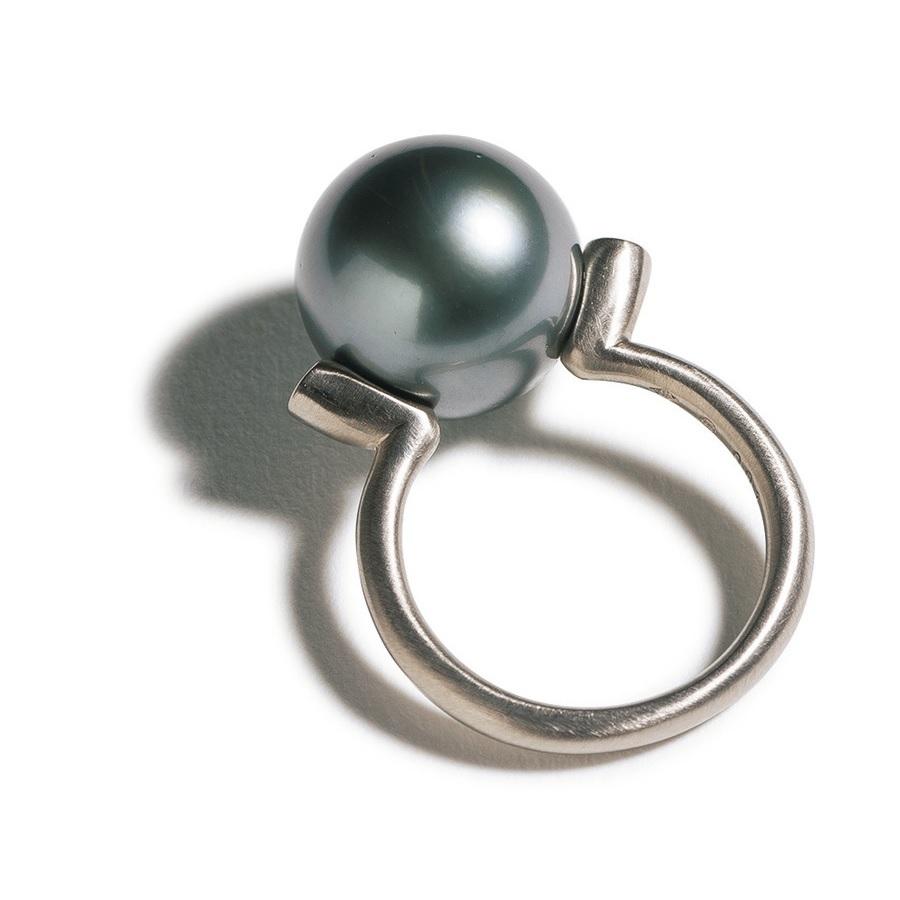 8b14387a086a どこから見てもパールが楽しめるよう球体の真ん中より下にセッティングされた大き目のブラックパールとシルバーのリングで指輪ひとつでモードな手もとが完成する。