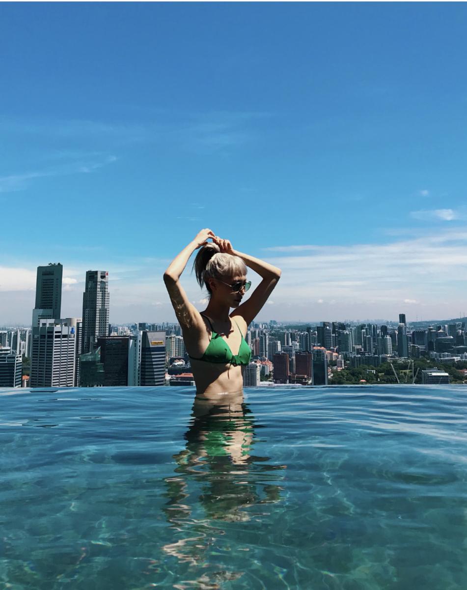 a47aea282c5 世界最大の屋上プールであるシンガポールのインフィニティプールを満喫する、韓国人スーパーモデル、パク・スジュ。水面に反射する光がグリーンのスイムウェアとマッチ  ...