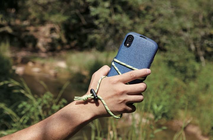 8a8156b889 他にもパラコードをまとったデザインが可愛いフェスモデル(2980円)も。パラコードを使ってiPhoneと手を絡めて持ち運びしやすくしたり、モバイルバッテリーをはさん  ...