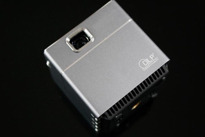 a744c9cc55 モバイル・プロジェクター「PicoCube A(ピコキューブエース)」(3万4500〜 円 12月17日現在)が 、クラウドファンディングサイト・machi-yaにて発表されました。