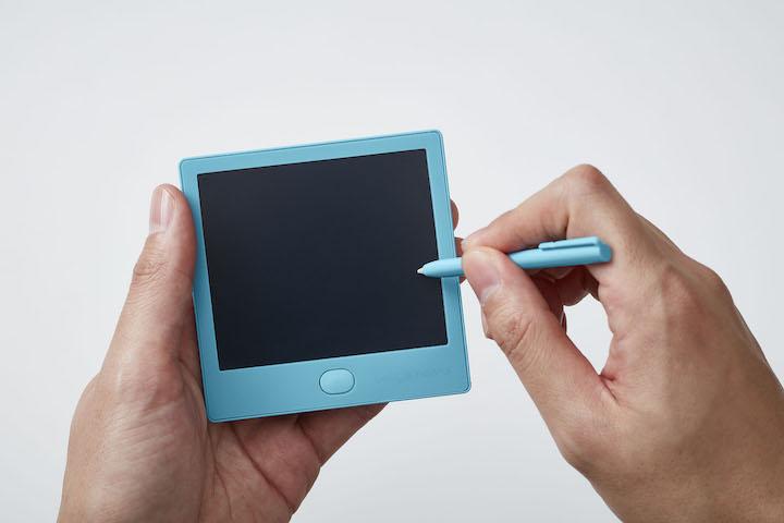 ff8d528ff206 キングジムから2月20日に登場する付箋サイズの電子メモパッド「Boogie Board BB-12」(2700円/税別)は、紙に書いているような滑らかな 書き心地が特長。