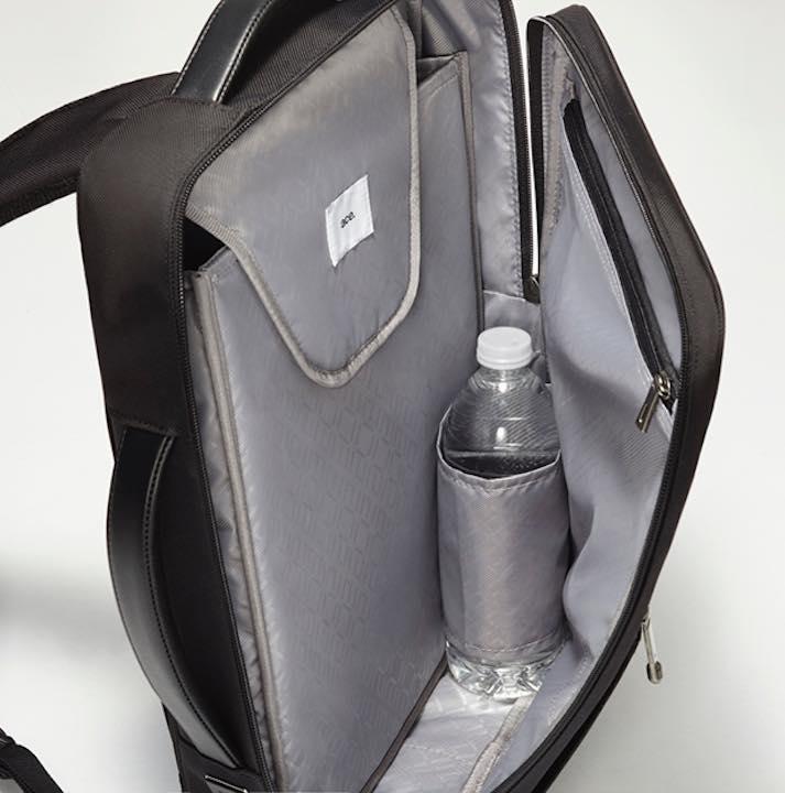 3d2c956008fa 前に抱えている場合でも、縦横どちらからでも荷物を取り出しやすいよう、コの字型のファスナーを採用。大きめの荷物の出し入れにも便利です。