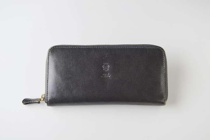 3b78fdc5e05f01 フェリージの長財布(大山さん私物)。真鍮製のファスナーや伝統製法 で作られたイタリアのバケッタレザーを使用するなど、所有する喜びを十分に感じさせてくれる一品。