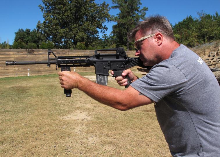 なぜ銃乱射では、AR-15が使用さ...