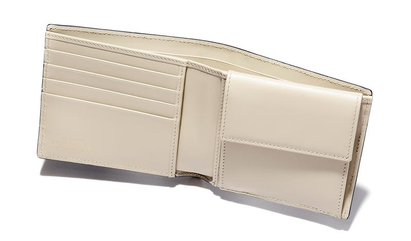 8db19953966a こちらの二つ折り財布は、バーニーズ ニューヨーク横浜店の25周年を記念した別注モデル。表側にフレンチネイビー、内側にアイボリーをあしらった特別仕様の一品 です。