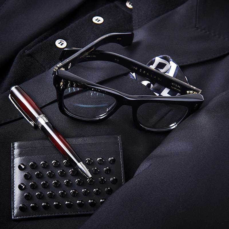 728e09991deb7a メガネは上と同じ、ボールペン9万円/エス・テー・デュポン(エス・テー・デュポン銀座ブティック)、カードケース3万7000円/クリスチャン  ルブタン(クリスチャン ...