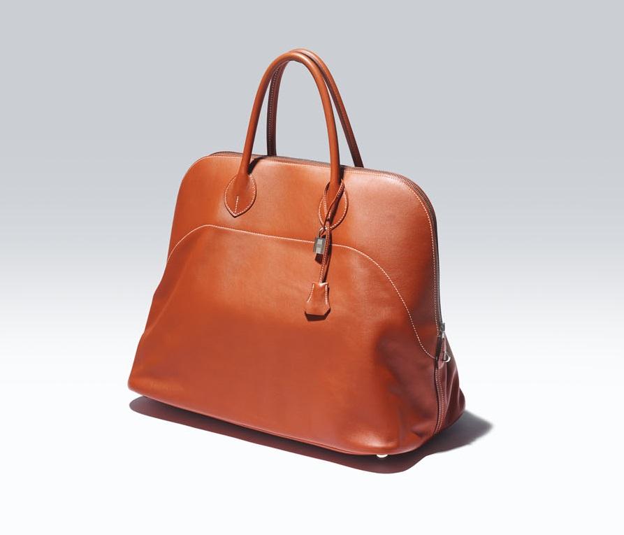 3c49dcad3c71 開口部をファスナー仕様にした世界初のバッグと言われる。遊び心溢れるデザインを施したアート作品のようなモデルもラインナップされる。○サイズ:W470×  H335× D250㎜