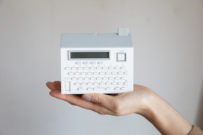 """0da9d5cf97 手のひらサイズで収納もしやすい「テーププリンター""""こはる""""MP20」。おしゃれな家型のデザインは、インテリアの一部としてもぴったり。テープラーというと大きくて  ..."""