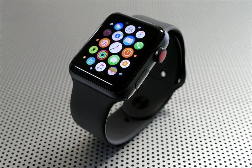 950010194a ↑Apple Watch Series 3のGPS + Cellularモデル(42mmスペースグレイアルミニウムケース×ブラックスポーツバンド)。