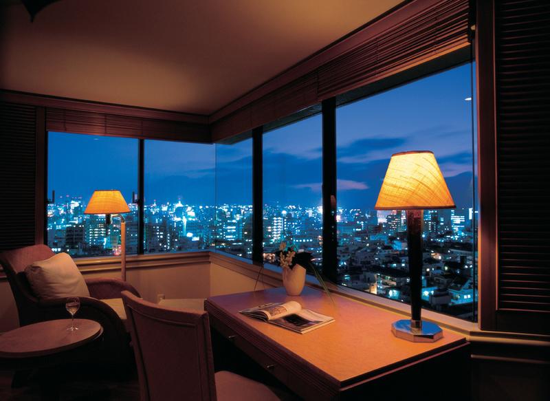 7e849a23cb5ba コーナーにある開放感溢れる窓からは、那覇のキラキラと輝く夜景を一望。ホテルに1室しかない特別なお部屋で、とびきりゴージャスな時間を過ごすことができます。