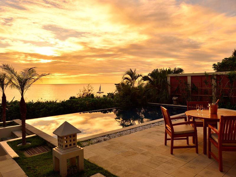 0ff590dfe982d 沖縄の大自然を感じられる、海原へと大きく開かれたプール。 中庭やバーカウンターなども完備し、日常では味わえない、優雅なひとときを過ごすことができます。
