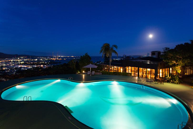 bfb2abe2d5da8 夜になると、眼下に美しい夜景が広がり、プールもライトアップ。水中に流れるヒーリング音楽を聴きながらプールに入れます。きらめく沖縄の街を望みながら、  ...