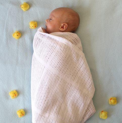 d0570787f2162 寒暖差の大きい春には、1枚用意しておくと便利です。まだ首が座らない赤ちゃんも、おくるみで包むと抱っこしやすくなります。