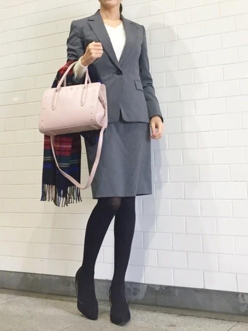 0ace37911f08c ベーシックなグレーのスーツスタイル。銀行やお役所系などちょっと固めなお仕事にぴったり。