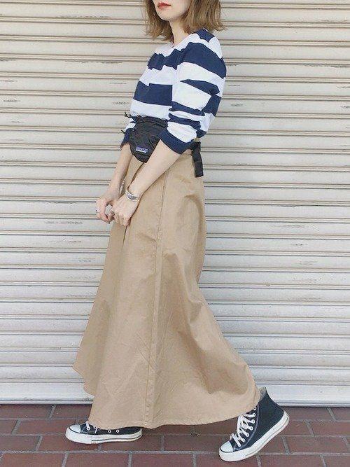 7591c7a00901d 出典:WEAR 定番ベージュのチノスカートはカジュアルルックにもよく合います。ネイビー・ホワイトと3色の落ち着いた配色で、シンプルな大人のカジュアルに。