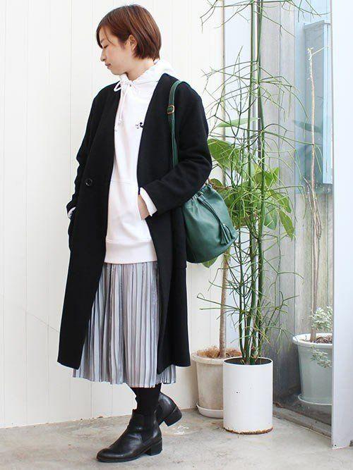 91d8972b4e6e9 ガウンのように羽織れるノーカラーなら、パーカーとのレイヤードもきれいに着こなせます。シルバーのプリーツスカートと黒のチェスターコートを合わせ、足元はショート  ...