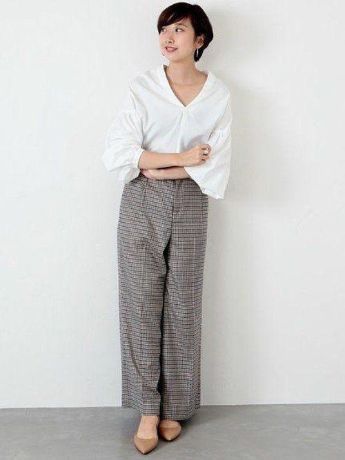 06c0f3b819fc6 Plageのトップスは、すっきりしたネックラインとボリュームのある袖のデザインが、自然な女性らしさを演出。メンズライクなチェックパンツを合わせて、大人っぽく  ...
