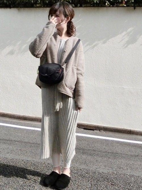 d582d15c01c8c 裾のフリルが大人かわいい、靴下屋のホワイトレギンス。リブニットワンピを合わせ、こなれ感あふれるスタイルに。ジャケットはショート丈を選び、ショルダーバッグは  ...