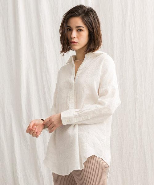428e01224c837 大きめのゆったりしたリネンシャツとリブパンツを合わせたナチュラルなコーディネート。白シャツに、同系色の淡いカラーのボトムスを合わせてグラデーションに仕上げる  ...