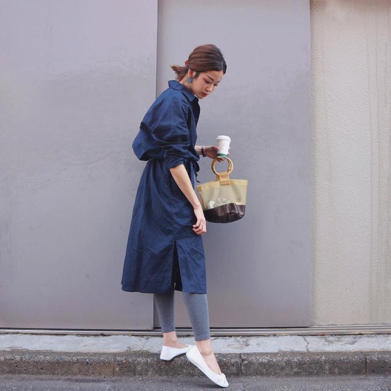 e071e264d063b  mi.hi.ro.s (instagram.com) ネイビーのゆったりとしたワンピースに、落ち着いたグレーのレギンス、そして白 の靴を合わせて足元に軽さをもたせたネイビーコーデ。