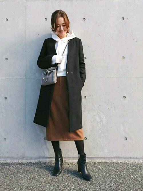 秋冬から春夏まで着まわせる「茶色のタイトスカート」コーデ集