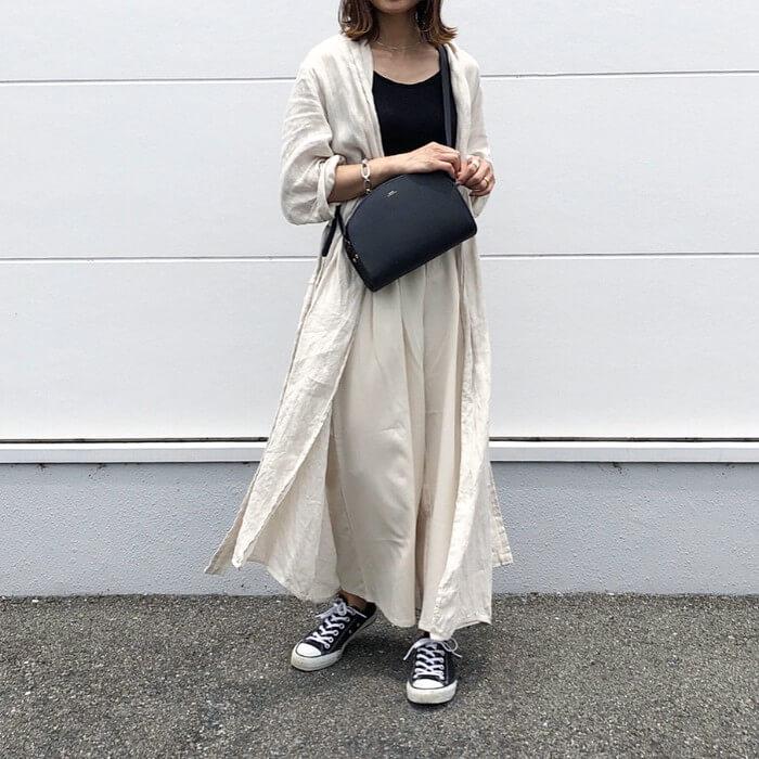 6c334c4210955 薄いベージュのシャツワンピと、同じ色合いのワイドパンツをレイヤード。淡い色合いでコーデがぼけないように、黒スニーカーでコントラストをつけて。