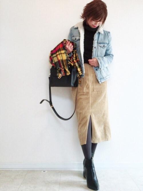 a9f71a95415c3 やわらかいベージュのタイトスカートとブーツで女性らしく。足元が冷えるスカートコーデも、タイツを合わせてあたたかくオシャレに着こなして。
