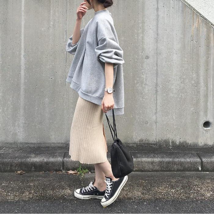 97a27c9877bf9 カジュアルなスウェットトップスも、ベージュニットスカートを合わせればどこか女っぽさ薫る装いに。リブ素材のタイトスカートなら、ミニマルコーデに奥行きも プラス。