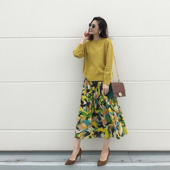 a2b8dbfeab224 ベーシックなクルーネックのマスタード色ニットに、鮮やかな柄フレアスカートを合わせたスタイリング。スカートの柄にニットと同じ色が含まれているので、一見派手に  ...