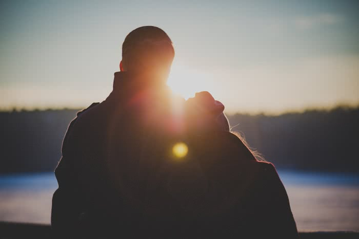男性が肩を抱く心理。大好きな彼への愛され対応とほかの男への対処法