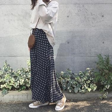 3c000fdea954e マキシ丈花柄スカート×ベージュ系スニーカーのコーディネート。女性らしいスカートにスニーカーやスウェットを合わせ、キレイめカジュアルにシフト。