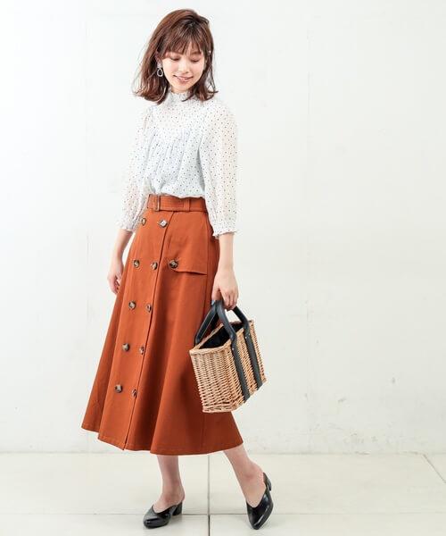 2afd275be7dee ... ギャザー×袖口シャーリングのデザインコンシャスな白ドットブラウスはフェミニンな雰囲気。トレンドのトレンチスカートを合わせて大人のキレイめコーデ に昇華。