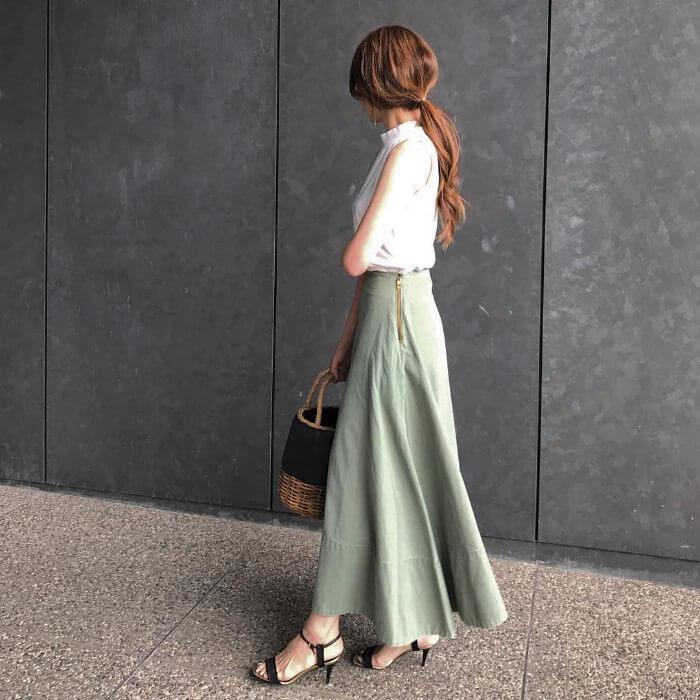 0ddab15b2c27b 白ノースリーブブラウスをカーキフレアスカートにインして、なめらかな女性らしいシルエットに。明度の高いカーキは、より上品で優しげな雰囲気をメイク。