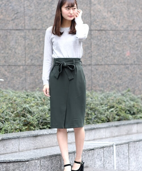 fec5e5b23dbab 深みグリーンの程よくタイトシルエットの膝丈スカートは上品な印象。クリーンな白のハイゲージニットカットソーを合わせて清潔感のあるオフィスカジュアル コーデに。