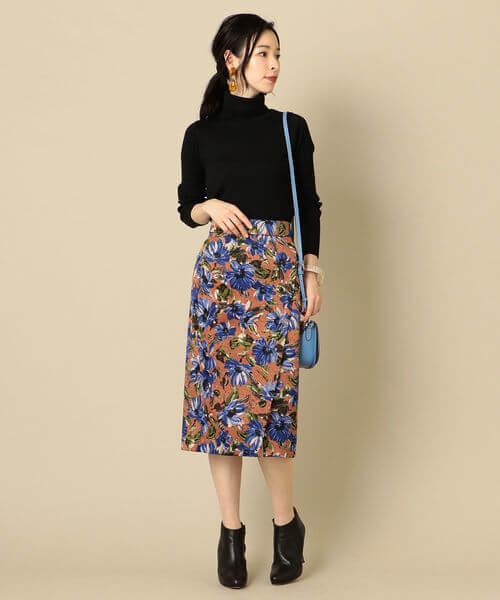 5ea250ec9cdf2 レトロ感のあるブルーの花柄がアクセントのタイトスカートは、トップスを黒のタートルニットでシンプルにスタイリングしてきちんと感を。花柄のカラーとリンクさせ て ...