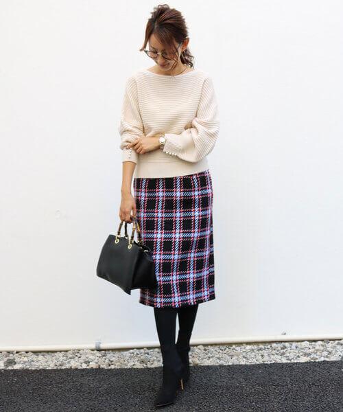 a381ecc5fbd22 鮮やかなカラーラインが効いたチェック柄のタイトスカートも黒地&ツイード素材でキレイめの着こなしにマッチ。上品な白のニットを合わせて大人レディなオフィス  ...