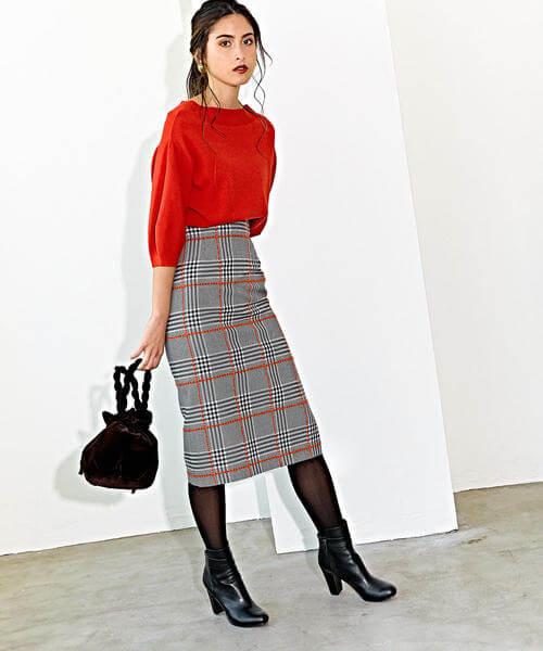 8d88b5ad36c0b 派手になりがちな赤ニットをトラッドライクなチェック柄タイトスカートで中和し、オフィスにも馴染むスタイルに。スカートのカラーラインとトップスの赤がリンクし て ...