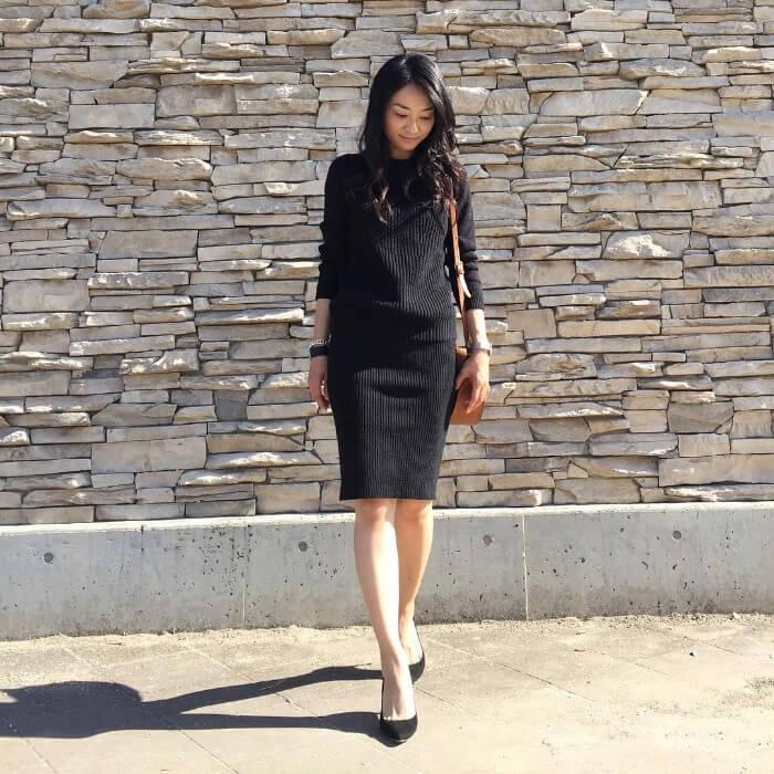 d8e3580662d4c 黒の膝丈ニットタイトスカートに黒のニットを合わせてセットアップ風のスタイリングに。オールブラックコーデでもスカートが膝丈なので軽やかにキマります。
