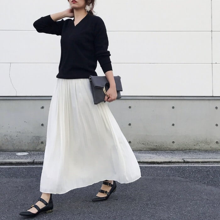 692f6855f6302 ふんわりと女性らしい印象の白のロングスカートを黒でキリッと引き締めて、オフィスシーンにも馴染む洗練された装いに。トーンの明るいアイテムは、上品カラーorダーク  ...
