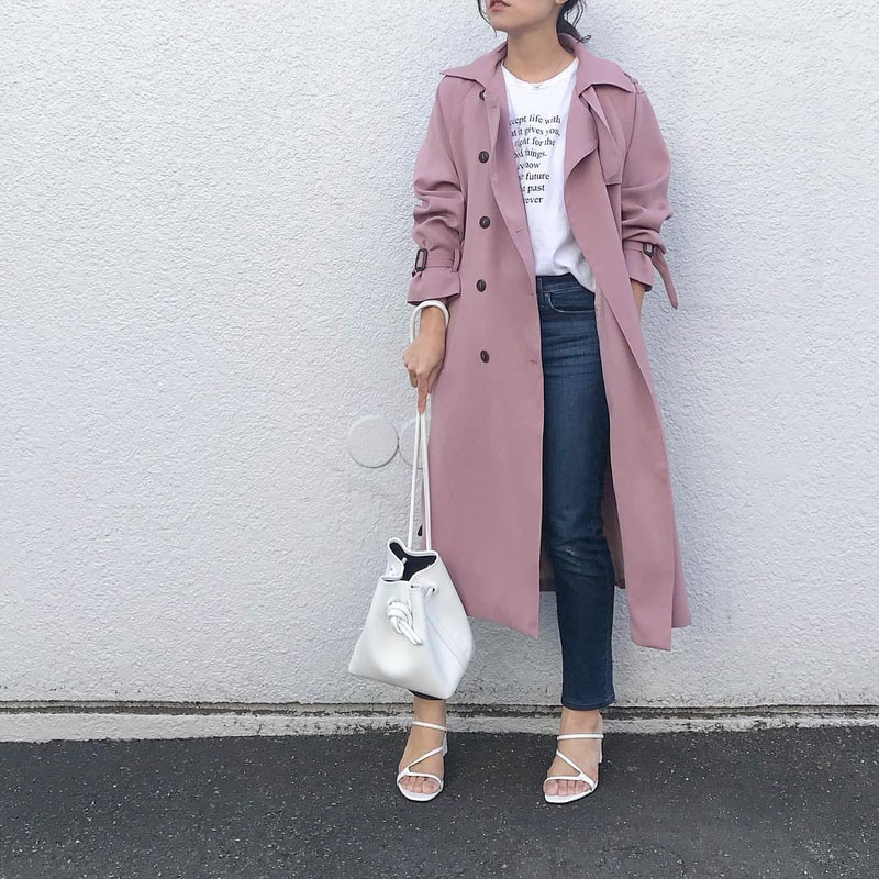 0a06e08a2c9 白T×デニムのミニマルコーデには、着こなしがパッと華やぐピンクのトレンチコートをプラス。くすみ感のあるダスティーピンクなら、甘くなり過ぎず大人顔。