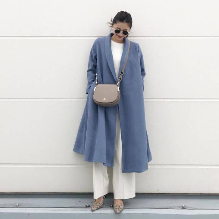 b19d190ad67b6c 明るいカラーコートは暗闇のなかでも、必ず目を惹く優れもの。カラーコート初心者さんには意外と着回ししやすいブルーがおすすめ。インナーとボトムをベーシック カラー ...